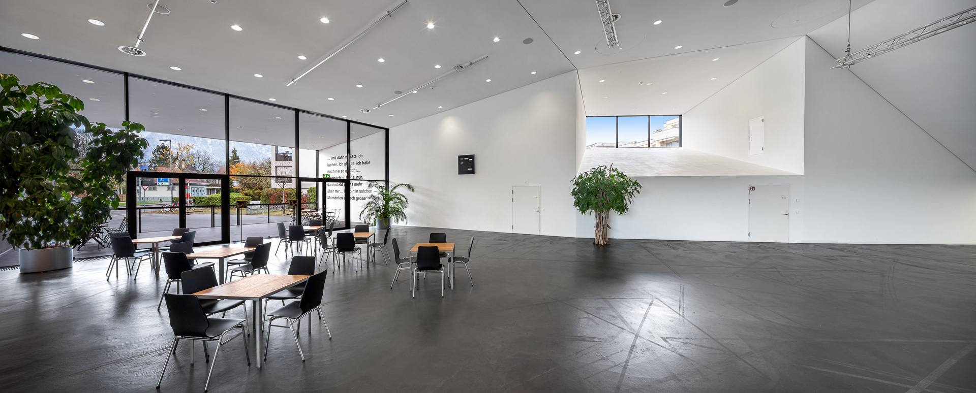 Grosszügige und helle Foyers - Kultur- und Kongresszentrum Thun